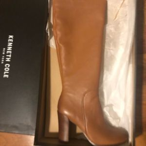 I'm selling a pair of boots brand news.
